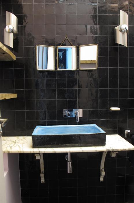 Salle de bain avec des zelliges noirs | sophie levitte